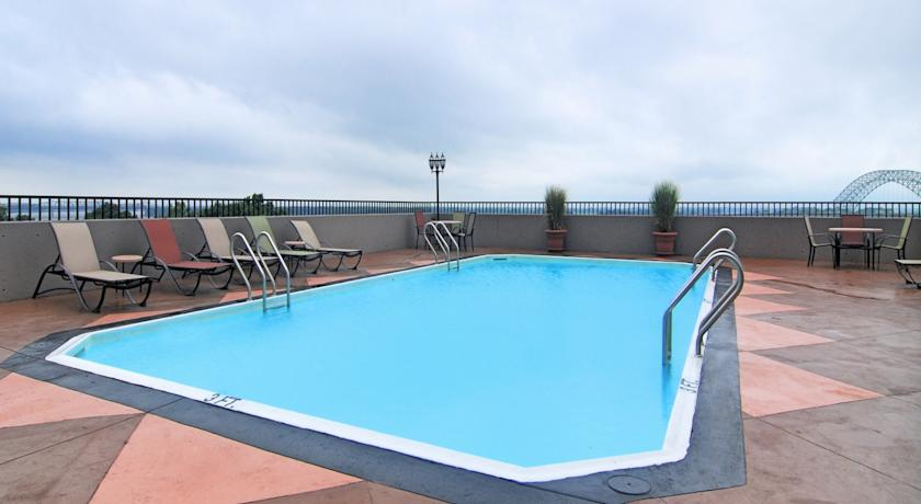 Comfort_Downtown_Memphis_pool.jpg
