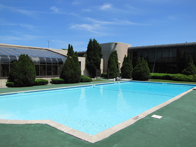 quality-inn-meaowlands-pool.jpg